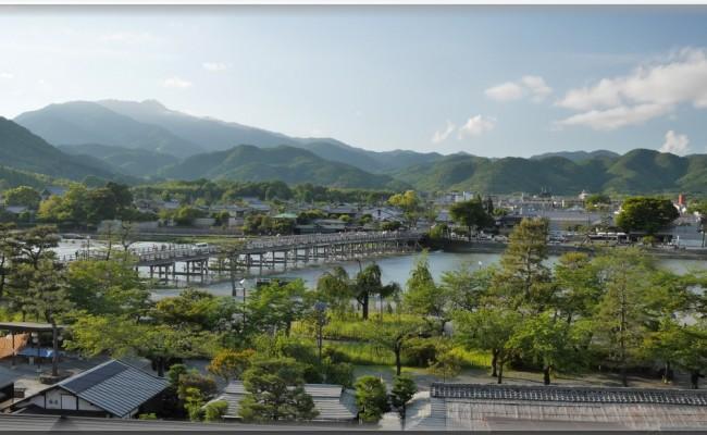 白を基調にした明るいお部屋。お部屋から嵐山の素敵な景色をご覧頂けます。